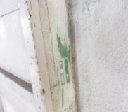 西面玄関の吊り下げ戸の表面塗装を削ったら、緑色が現れた